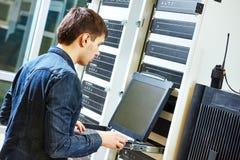 服务工程师在服务器屋子里 免版税库存照片