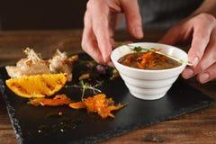 服务开胃菜厨房艺术在餐馆 免版税库存图片
