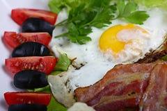 服务早餐多士用烟肉 库存图片