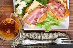 服务早餐多士用烟肉 免版税图库摄影