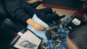 服务有利用仿生学的手假肢的纹身花刺大师一个客户 股票录像