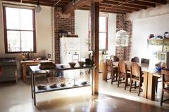 服务桌和饭厅在开放学制顶楼公寓 库存照片