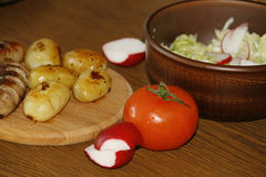 服务桌用新鲜的土豆 库存照片