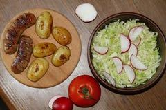 服务桌用新鲜的土豆 免版税库存图片
