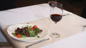 服务沙拉的板材侍者对一个客人在餐馆 影视素材