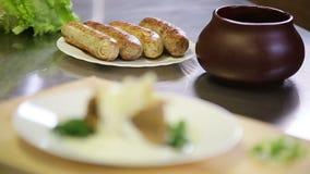 服务沥青对被烘烤的棘手问题盘的沥青调味汁在夹克 影视素材
