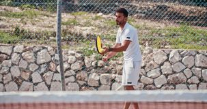 服务球的网球员的慢动作在网球比赛期间 股票视频