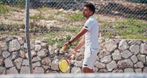 服务球的网球员的慢动作在网球比赛期间 影视素材