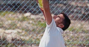服务球的网球员的慢动作在网球比赛期间 股票录像