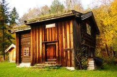 服务的挪威木农厂房子 免版税库存图片