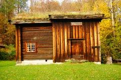服务的挪威木农厂房子 库存图片