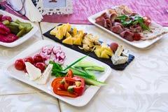 服务的桌在宴会的餐馆 快餐和纤巧在自助餐 免版税图库摄影
