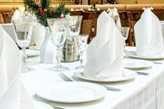 服务的桌布置在餐馆 免版税库存照片
