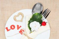 服务的浪漫假日桌 免版税库存图片