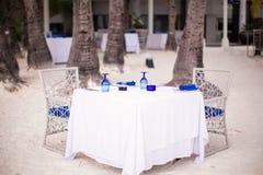 服务的空的露天桌为晚餐设置了  免版税库存照片