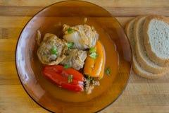 服务的胡椒粉原料和圆白菜叶子 库存图片