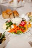 服务的菜板材用调味汁和面包在费斯特桌上 库存照片