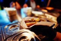 服务的街道食物在节日的晚上 图库摄影