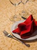 服务的表在有板材、叉子和餐巾的一家餐馆 免版税库存图片