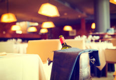 服务的饭桌在餐馆 免版税库存照片