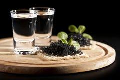 服务的黑色鱼子酱安排设置伏特加酒 库存图片