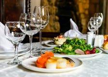 服务的宴会餐馆桌 免版税图库摄影