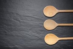 服务的黑板岩板与三把木匙子 免版税库存图片