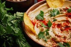服务的hummus特写镜头  与菜的健康hummus垂度在木背景 中东餐馆概念 免版税图库摄影