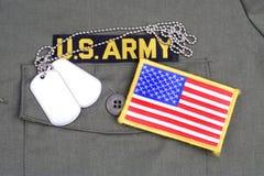 服务磁带和在橄榄绿制服的旗子补丁美国陆军分支有卡箍标记的 库存照片