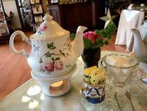 服务茶壶在一张美丽的桌上 库存图片