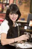 服务饮料的美丽的年轻女服务员女孩 免版税图库摄影