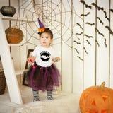 服装万圣夜巫婆的小女孩一个假日 免版税库存照片
