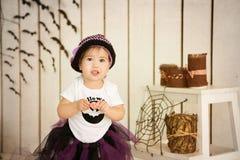 服装万圣夜巫婆的小女孩一个假日 免版税库存图片