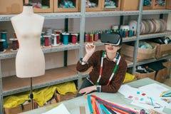 服装厂公司女性设计师 免版税库存照片