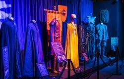 服装和支柱的陈列从电影`王位`比赛在巴塞罗那海博物馆的前提  免版税库存图片