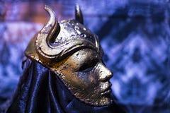 服装和支柱的陈列从电影`王位`比赛在巴塞罗那海博物馆的前提  免版税库存照片