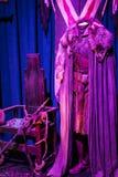 服装和支柱的陈列从电影`王位`比赛在巴塞罗那海博物馆的前提  免版税图库摄影