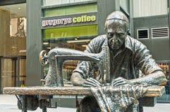 服装工人-雕塑朱迪思Weller 免版税库存照片