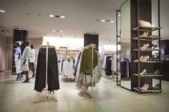 服装店和女性鞋子 对于妇女 La Vella镇,安道尔 免版税库存照片