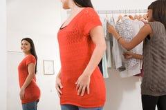 服装店的妇女 免版税图库摄影