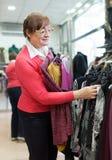 服装店的成熟妇女 免版税图库摄影