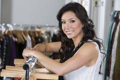 服装店的美丽的妇女 免版税库存图片