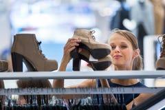 服装店的美丽的年轻女性顾客 免版税图库摄影