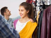 服装店的青年人 免版税库存图片