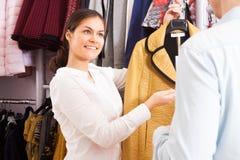 服装店的青年人 免版税库存照片