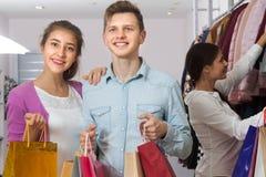 服装店的青年人 免版税图库摄影