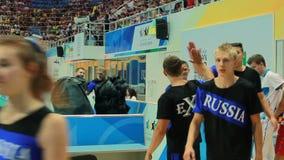 黑服装步行的俄国运动员对后台 股票视频
