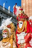 服装的人们在威尼斯狂欢节2018年,意大利 图库摄影