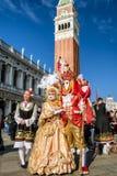 服装的人们在威尼斯狂欢节2018年,意大利 库存图片