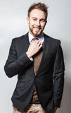 服装的典雅&正面年轻英俊的人 演播室时尚画象 图库摄影